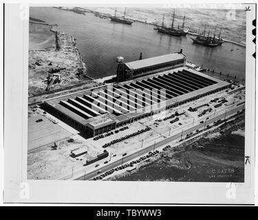 Neg. Art.Nr. P 3120, Ca. 1930, Fotograf A.C. Tore, Los Angeles, LUFTAUFNAHME VON DER FORD MOTOR COMPANY ASSEMBLY PLANT, VOR DEM BAU DES GEDRÜCKT STAHLBAU, BEACHTEN SIE DIE CLIPPER SCHIFFE IN DEN HINTERGRUND, und die ÖLQUELLEN in der linken oberen Ecke der Ford Motor Company Long Beach Montagewerk, Assembly Building, 700 Henry Ford Avenue, Long Beach, Los Angeles County, CA - Stockfoto