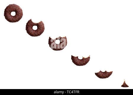 Essen Schokolade Donut auf weißem Hintergrund. Ansicht von oben. - Stockfoto