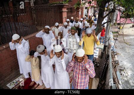 Indische muslimischen Gläubigen bieten Eid al Fitr Gebete Ende des heiligen Fastenmonats im Park Circus in Kolkata, Indien zu markieren. Muslime auf der ganzen Welt feiern das Eid al-Adha, hat keine bestimmte Zeitdauer und Festival, das zum Ende des Fastenmonats Ramadan. Feierlichkeiten beginnen mit einem besonderen Gebet am frühen Morgen in den Moscheen und Freiflächen und später auf Feste und Festivals. - Stockfoto