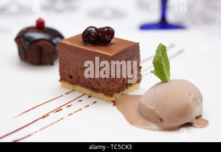 Schokoladen-Nachtisch mit Eis - Stockfoto