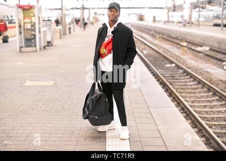 Junger Mann, der an der Plattform am Bahnhof in München, Deutschland. - Stockfoto