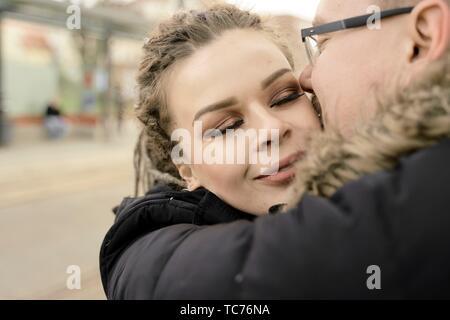 Frau in die Arme von Freund am Bahnhof, ein paar in der Liebe, in der inneren Stadt Cottbus, Brandenburg, Deutschland Stockfoto