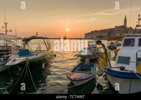 ROVINJ KROATIEN AM 19. AUGUST 2018: Sonnenuntergang in Rovinj mittelalterliche Stadt in Istrien Kroatien. - Stockfoto