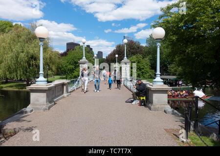 Fußgängerzone Fußgängerbrücke über die Lagune mit Swan Boot an der Boston Public Garden neben dem Gemeinsamen an einem schönen Tag mit Menschen überqueren - Stockfoto