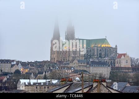 Cathedrale Notre-Dame beherrschenden la Ville de Chartres, Departement d'Eure-et-Loir, Region Center-Val de Loire, Frankreich, Europa/Kathedrale Unserer Lieben Frau von - Stockfoto