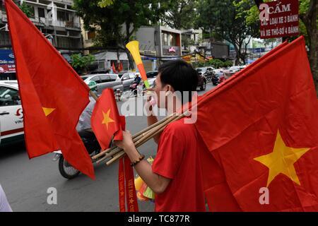 Mann seling Vietnamesischen Flaggen in Ho Chi Minh City, Vietnam, Südostasien. - Stockfoto