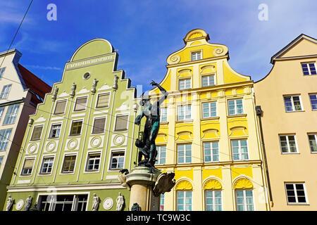 Blick auf beeindruckende Maximilianstraße (Straße) und der Brunnen von Quecksilber in Augsburg Stadt. Schwaben, Bayern, Deutschland. - Stockfoto
