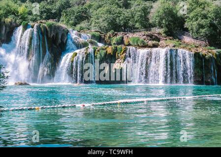 Blick auf den Wasserfall Skradinski Buk in den Nationalpark Krka, einem der kroatischen Nationalparks in Sibenik, Kroatien. - Stockfoto
