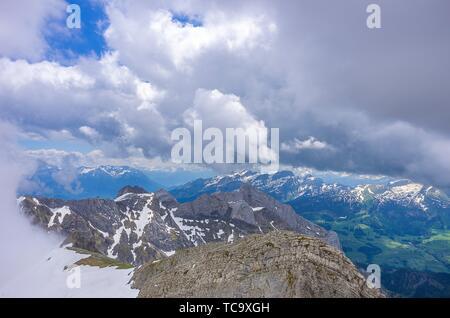 Auf dem Gipfel des Säntis, Appenzell Alpen, Schweiz - Blick auf die umliegende Landschaft. Mit dem Säntis in den Appenzeller Alpen, Schweiz - Stockfoto