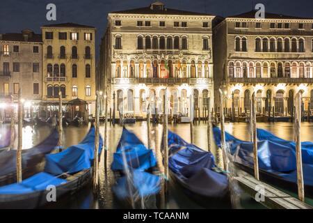 Festgemachten Gondeln schwingen mit der Bewegung des Wassers entlang des Canal Grande in Venedig, Italien.