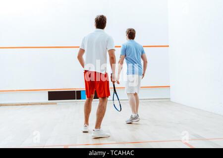 Zurück Blick auf zwei Sportler Squash spielen in vier ummauerten Hof - Stockfoto