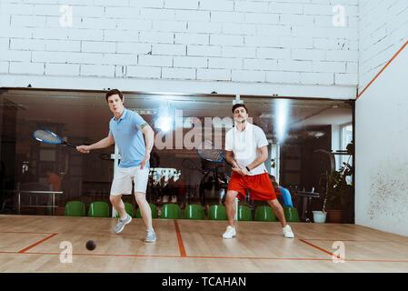 Volle Länge aussicht auf zwei Sportler Squash spielen in vier ummauerten Hof - Stockfoto
