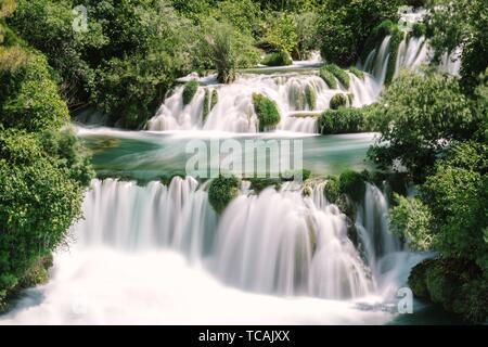 Lange Exposition von Wasserfall Krka Nationalpark, einem der kroatischen Nationalparks in Sibenik, Kroatien. - Stockfoto