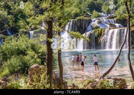 Touristen Schwimmen im Wasserfall Skradinski Buk in den Nationalpark Krka, einem der kroatischen Nationalparks in Sibenik, Kroatien, 27. Mai 2017. - Stockfoto