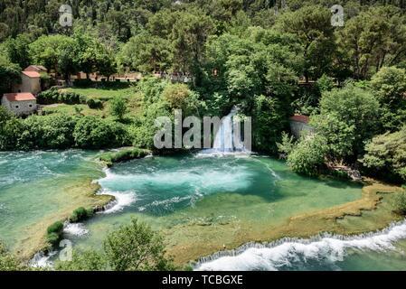 Luftaufnahme von Wasserfall Skradinski Buk in den Nationalpark Krka, einem der kroatischen Nationalparks in Sibenik, Kroatien. - Stockfoto