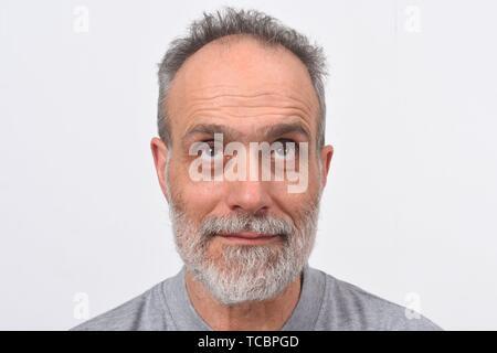 Porträt eines Mannes bis auf weißen Hintergrund. - Stockfoto