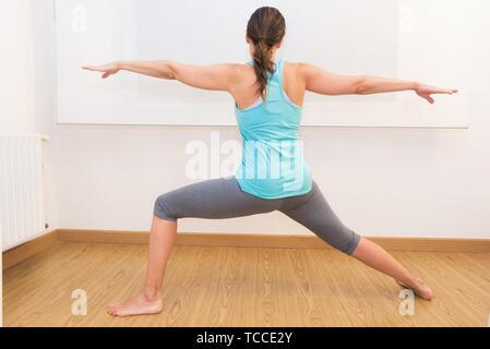 Junge attraktive Frau mit Yoga. Gesunde Lebensweise. - Stockfoto
