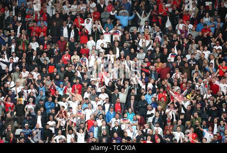 England Fans feiern ersten Ziel ihrer Seite des Spiels während der Nationen League Finale im Estadio D. Alfonso Henriques, Guimaraes.