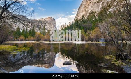 Der spiegel Reflexion der Mirror Lake in Yosemite National Park. - Stockfoto