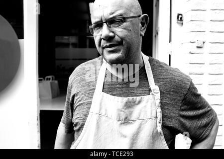 Porträt von einem Koch vor seinem Geschäft, Tilburg, Noord-Brabant, Niederlande - Stockfoto