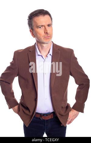 Im mittleren Alter bärtiger Geschäftsmann auf einem weißen Hintergrund trägt eine Braune Jacke. Der reife Mann sieht aus wie ein wütender Business Executive. - Stockfoto