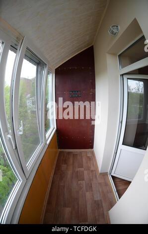 Metall - Kunststoff Türen und Fenster in der Loggia oder Balkon. Ein Blick von Innen - Stockfoto