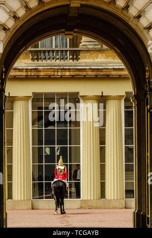 London, Großbritannien. 08 Juni, 2019. Eine alleinige Life Guard in den Palast quadrange und wartet als Mitglieder der Königlichen Familie ihren Wagen an der Parade Masse an die Farbe zu reisen, der offiziellen Feier Geburtstag der Königin am Samstag, den 8. Juni 2019 im Buckingham Palace, London. Dieses Jahr das erste Bataillon Grenadier Guards trabten thier Farbe. Im Bild: Die Schlossanlage und Tor sind refelected in Uniform. Bild von der Credit: Julie Edwards/Alamy Live News Credit: Julie Edwards/Alamy leben Nachrichten - Stockfoto
