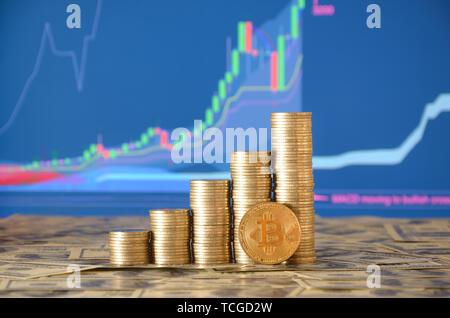 Coin stack und golden Bitcoin. Nahaufnahme des bitcoin digitale Währung und Münzen stapeln, cryptocurrency Geld Financial Business Konzept - Stockfoto
