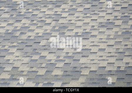 Flexible Schindeln von Bitumen Oberfläche. Hintergrund Mosaik Textur von Flachdach Fliesen mit bituminösen Beschichtung - Stockfoto