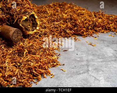 Zwei kubanische Zigarren und trockenen Tabak Hintergrund - Stockfoto
