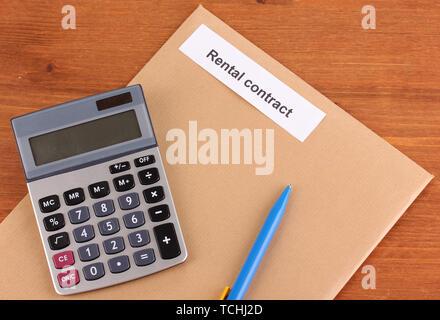 Mietvertrag auf hölzernen Hintergrund close-up - Stockfoto