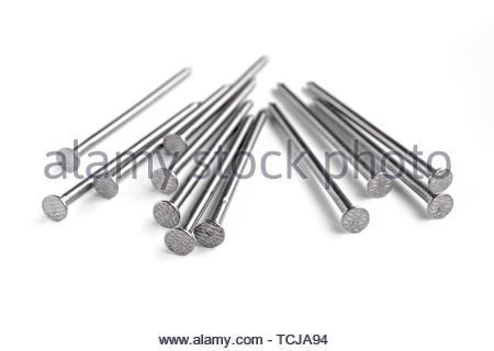Gruppe von Stahlnägeln auf Weiß isoliert - Stockfoto
