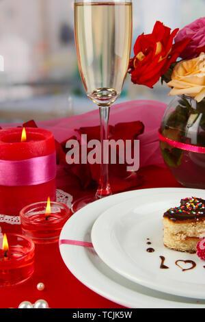Eine Hochzeit Ring in Glas als Geschenk bei der festlichen Tisch zu Ehren der Valentinstag auf Raumhintergrund - Stockfoto