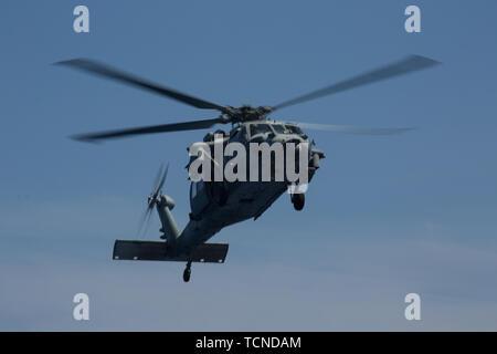 Ein MH-60S Seahawk bereitet während des Fluges Operationen zu Lande an Bord der USS Wasp (LHD 1) Während im philippinischen Meer, 5. Juni 2019 im Gange. Die 31 Marine Expeditionary Unit, die Marine Corps' nur kontinuierlich vorwärts - bereitgestellt MEU, bietet eine flexible und tödlicher Gewalt bereit, eine breite Palette von militärischen Operationen als Premier Crisis Response Force im indopazifischen Region durchzuführen. (Offizielle US Marine Corps Foto von Lance Cpl. Kenny Nunez Bigay) - Stockfoto
