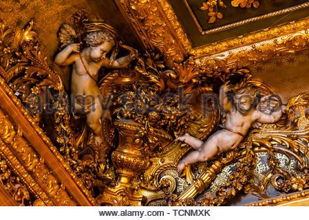 Engelchen auf komplizierte Obergrenze der Grand Salon, Apartments von Napoleon III, Louvre, Paris, Frankreich. - Stockfoto