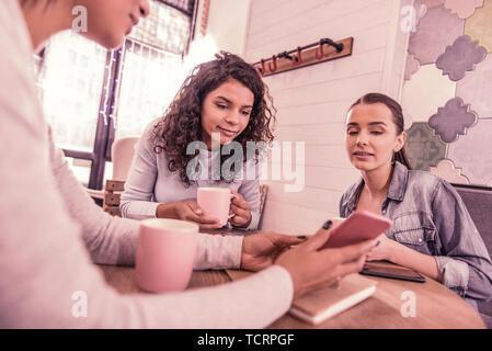 Drei erfolgreiche Geschäftsfrauen Gefühl inspiriert, während neue Anlauf zusammen Planung - Stockfoto
