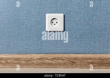 Euro Steckdose Typ C, den elektrischen Strom im Haus, auf der blauen Wand Hintergrund. - Stockfoto