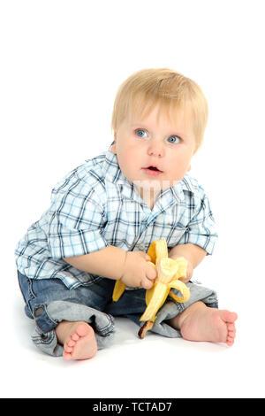 Kleine Junge mit Banane, isoliert auf weißem - Stockfoto