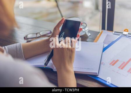 Nahaufnahme von Frau Hände die Feder bei der Verwendung von Handys - Stockfoto