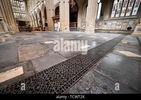 Die neu abgeschlossene Etage im Ostflügel der Abtei von Bath, wo die erste Phase der Footprint Projekt der Abtei ist nun abgeschlossen und ab Montag für die Öffentlichkeit geöffnet, nachdem Sie hinter Werbetafeln für das letzte Jahr versteckt, so dass der einstürzenden Boden stabilisiert werden konnte, umweltfreundliche Fußbodenheizung mit heißem Wasser aus der Römischen Bäder und ledgerstones auf die Abtei Stock wiederhergestellt. - Stockfoto
