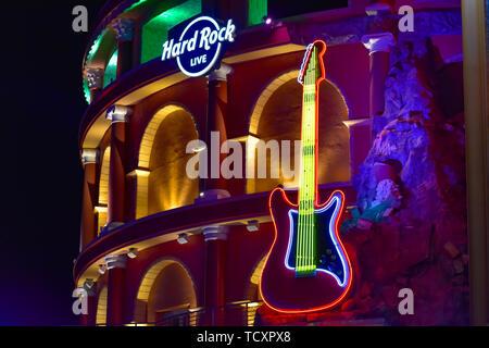 Orlando, Florida. Februar 05, 2019. Hard Rock Live anmelden und beleuchtete Gitarre auf farbenfrohe Gebäude Hintergrund in der City Walk in Universal Studios Area - Stockfoto