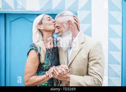 Gerne älteres Paar zärtliche Momente im Freien - Reife eleganten Menschen feiern Tag der Jahrestag - Frau ihrem Mann küssen - Stockfoto