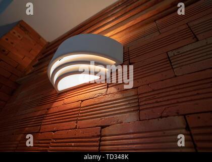 Brick Wall mit Glühbirne leuchten Lampe. schöne Backstein ...