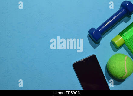 Blau Hantel, Turnschuhe und Flasche zeigt Workout Plan auf blauem Hintergrund. Ansicht von oben mit der Kopie Platz für jedes Design. Gesunde und Fitness Concept - Stockfoto