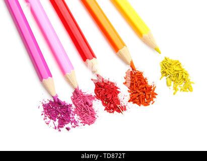 Buntstifte mit schärfen Späne isoliert auf weißem - Stockfoto