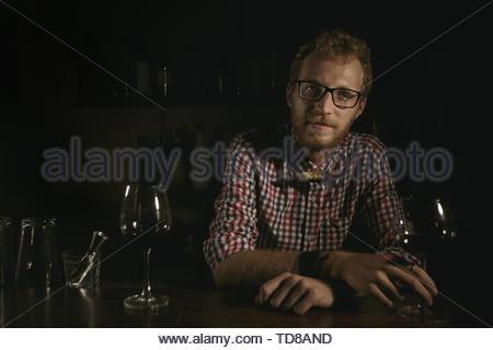 Mann Barkeeper holding Glas Wein an der Bar an der Bar - Stockfoto