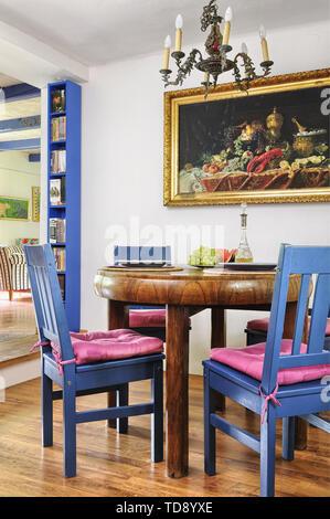 Runder Esstisch aus Holz mit blauen Stühle im Speisesaal des VEREINIGTEN KÖNIGREICHS UND IRLANDS NUR RECHTE - Stockfoto