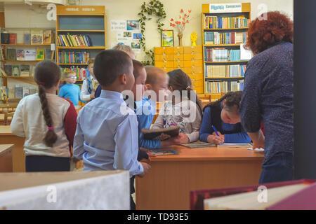 Schule Kinder sind neben den Schreibtisch der Lehrer - Stockfoto