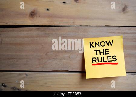 Kennen die Regeln text auf Haftnotizen mit Holz- Hintergrund