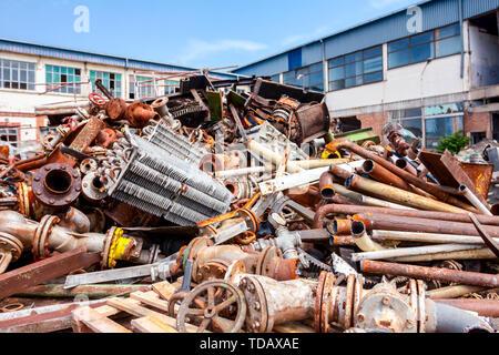 Haufen Schrott, alte Kühlsystem und industrielle Bauteile, Rohre und Ventile nach dem Kassationsgericht. - Stockfoto